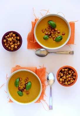 Sopa de curry de coco con salsa de garbanzos y garbanzos para una cena vegana sencilla