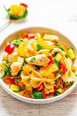 Ensalada de pasta de pollo y mandarina - ¡FÁCIL, lista en 30 minutos y llena de sabores de inspiración asiática! Jugoso pollo con sésamo, pasta y muchos vegetales saludables. ¡PERFECTO para convivios, picnics, fiestas y sobras planeadas!