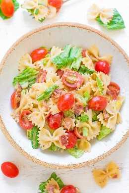 Salada de macarrão BLT: FÁCIL, pronto em 15 minutos, alimenta uma multidão e PERFEITO para refeições e festas! O molho cremoso de rancho cobre perfeitamente o macarrão e o BACON! Família garantida FAVORITO!