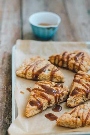 Bollos de manzana con caramelo salados, perfectos para el desayuno, el té de la tarde o los días festivos.