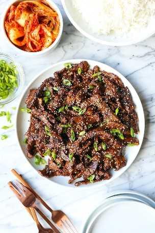 Bulgogi de carne de res coreana - ¡Una receta súper fácil para la carne de res coreana a la barbacoa con la marinada más sabrosa! Las finas rebanadas de carne se cocinan rápidamente, ¡y es tan tierna!