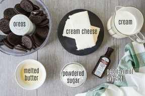Ingredientes para pastel de saltamontes, con superposición de texto.