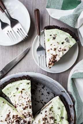 Imagen de arriba del pastel de saltamontes cortado en platos con tenedores de mango marrón.
