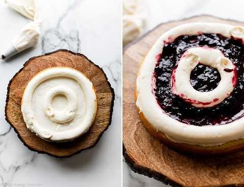 Piping y relleno de capas de pastel con glaseado y mermelada de mora