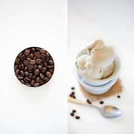 Cucharadas de helado de coco y café en una pila de tazones