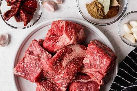 Os ingredientes para a carne de churrasco são mostrados aqui.