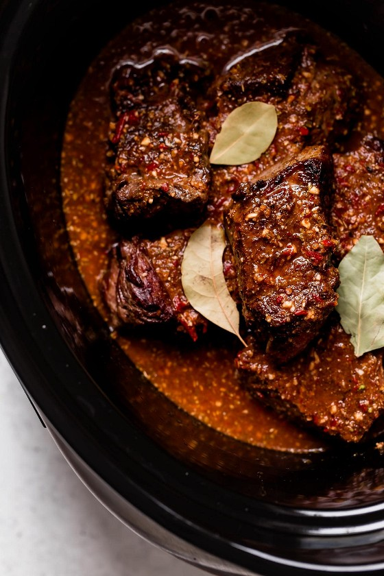 Barbacoa de ternera en olla de cocción lenta en trozos después de cocinar.