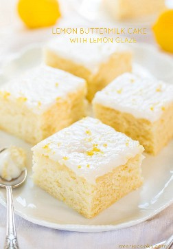 Pastel de suero de leche con glaseado de limón - ¡Un pastelito fácil con un gran sabor a limón! Suave, esponjosa e infalible si te gusta fruncirte.