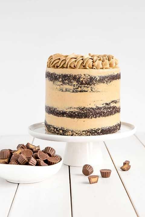 Pastel clásico de chocolate con mantequilla de maní.