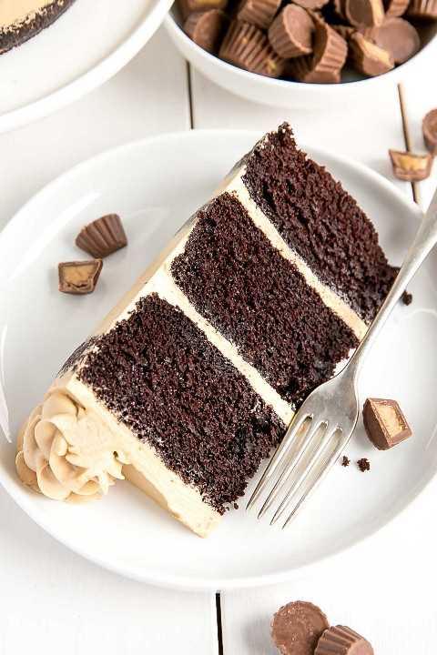 Rebanada de pastel de chocolate con mantequilla de maní