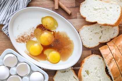 Ingredientes para hacer tostadas francesas caseras en un bol pequeño.