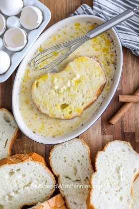 Pan sumergido en una mezcla de huevo y leche para hacer tostadas francesas.