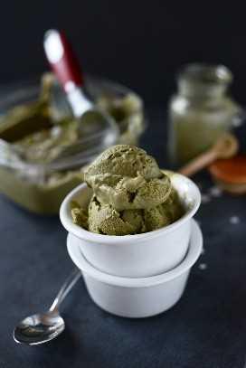 Tazón y tina de helado de té verde vegano casero