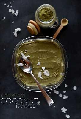 Tina de helado de coco con té verde y coco rallado