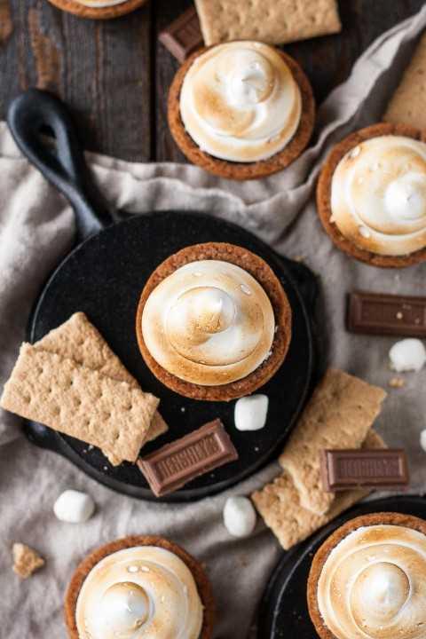 ¡No se necesita una fogata para estas tazas de galletas S'mores! Galletas de galletas con galletas Graham rellenas con un ganache de chocolate con leche de Hershey, rematadas con una pelusa de malvavisco casera tostada.   livforcake.com