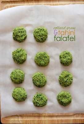 Tabla de cortar forrada de pergamino rellena con un lote de nuestra receta de Falafel de Tahini con Collard Green