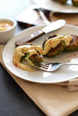 Tomando un bocado de falafel sin gluten vegano cubierto con hummus