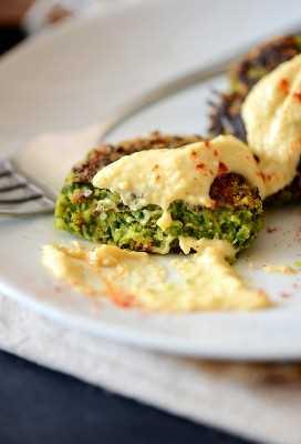 Cierre de tiro de un vibrante Falafel saludable verde hecho con berza verde