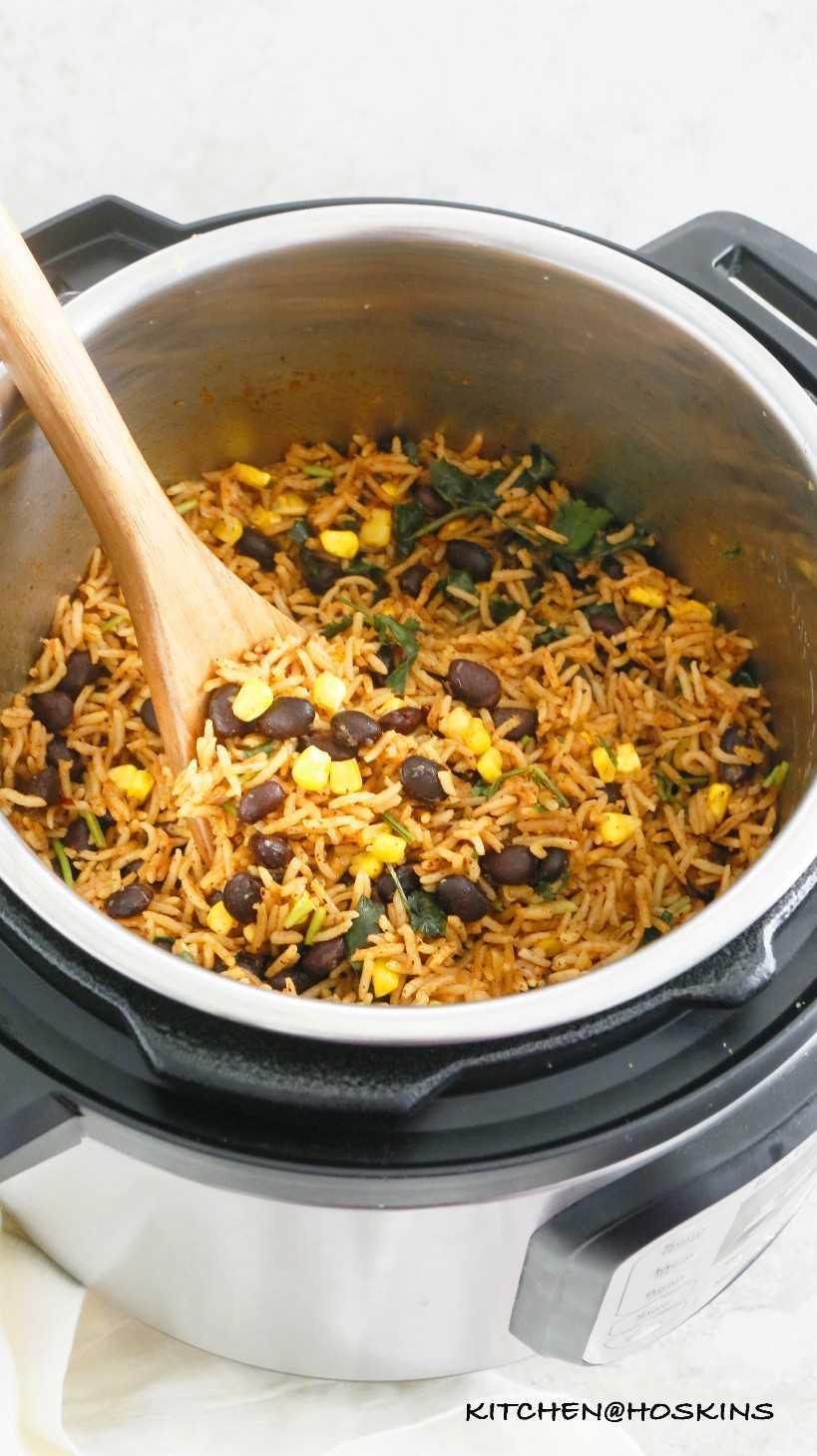 Arroz instantáneo picante, cilantro, lima, frijoles negros y maíz.