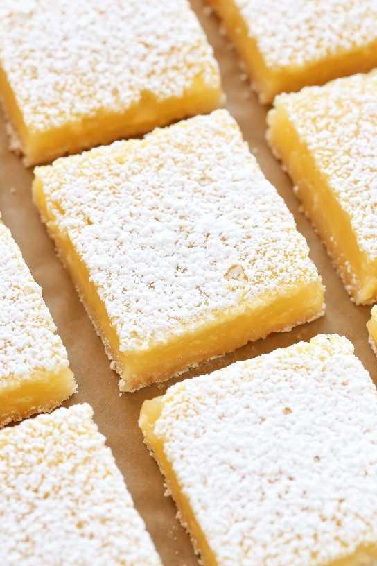Estas barras de limón clásicas presentan una costra casera fácil de hacer en casa y un relleno de limón dulce y fuerte. ¡Estas barras son tan fáciles de hacer y perfectas para los amantes del limón!