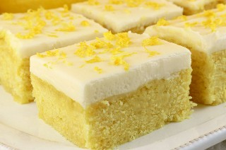 Estas barras de limón con glaseado de queso crema se empapan con jarabe de limón agridulce y delicioso y se rematan con glaseado de queso crema. Si te gusta el limón, este es un portero. Pega esta deliciosa receta de barra de galletas para más tarde y síguenos para obtener más ideas sobre la barra de galletas. #LemonCookies #CookieBars #Lemon #LemonDesserts #FrostedBars #CreamCheeseFrosting #BarCookies #EasyDesserts