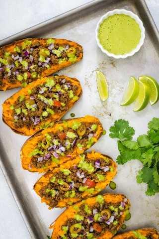 Batatas Rellenas Con Picadillo Y Salsa De Lima Con Cilantro - Pequeña Galleta Inteligente