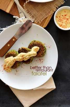 Plato de Falafel casera del restaurante Better Than cubierto con hummus y pimentón