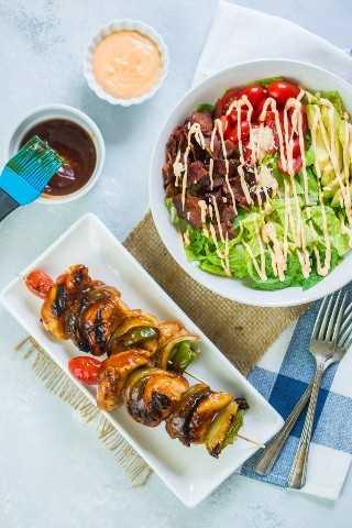 Os espetos de frango BLT Sweet Honey BBQ com salada de abacate BLT são uma refeição rápida e deliciosa, perfeita para grelhar no verão. #de Anúncios