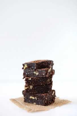 Pila de brownies crudos caseros