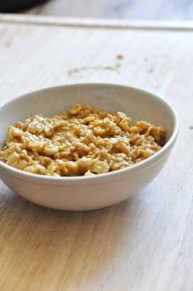 Tazón de avena cremosa de calabaza para un delicioso desayuno vegano sin gluten