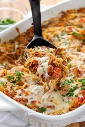 Sirviendo nuestra receta favorita de cazuela de espagueti.