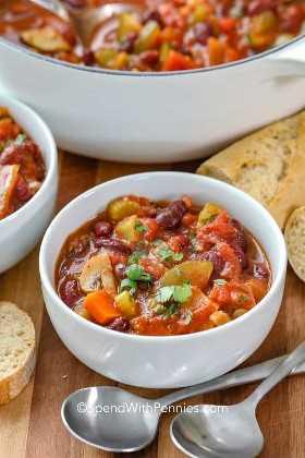 Un plato de chili vegetariano listo para servir.