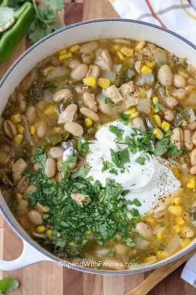 Una olla de chile blanco con crema agria y cilantro