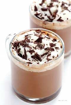 Chocolate quente de caju - Feito com leite de caju cremoso e rico, naturalmente sem leite, rápido e fácil de fazer e tão delicioso! | gimmesomeoven.com