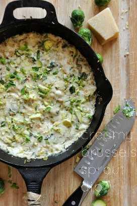 Sartén de hierro fundido rellena con un lote de nuestra receta Creamy Brussels Sprout & Shallot Dip