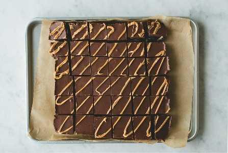 Cuadrados fáciles de mantequilla de maní y chocolate sin hornear