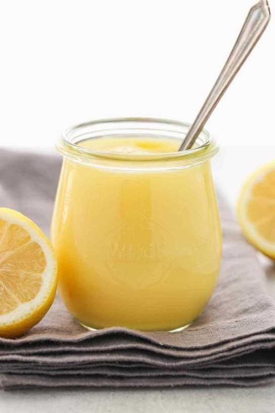 Una receta fácil para la cuajada de limón hecha en el microondas. Esta cuajada de limón para microondas es tan simple de hacer, deliciosa, ¡y hay muchas maneras diferentes de usarla!