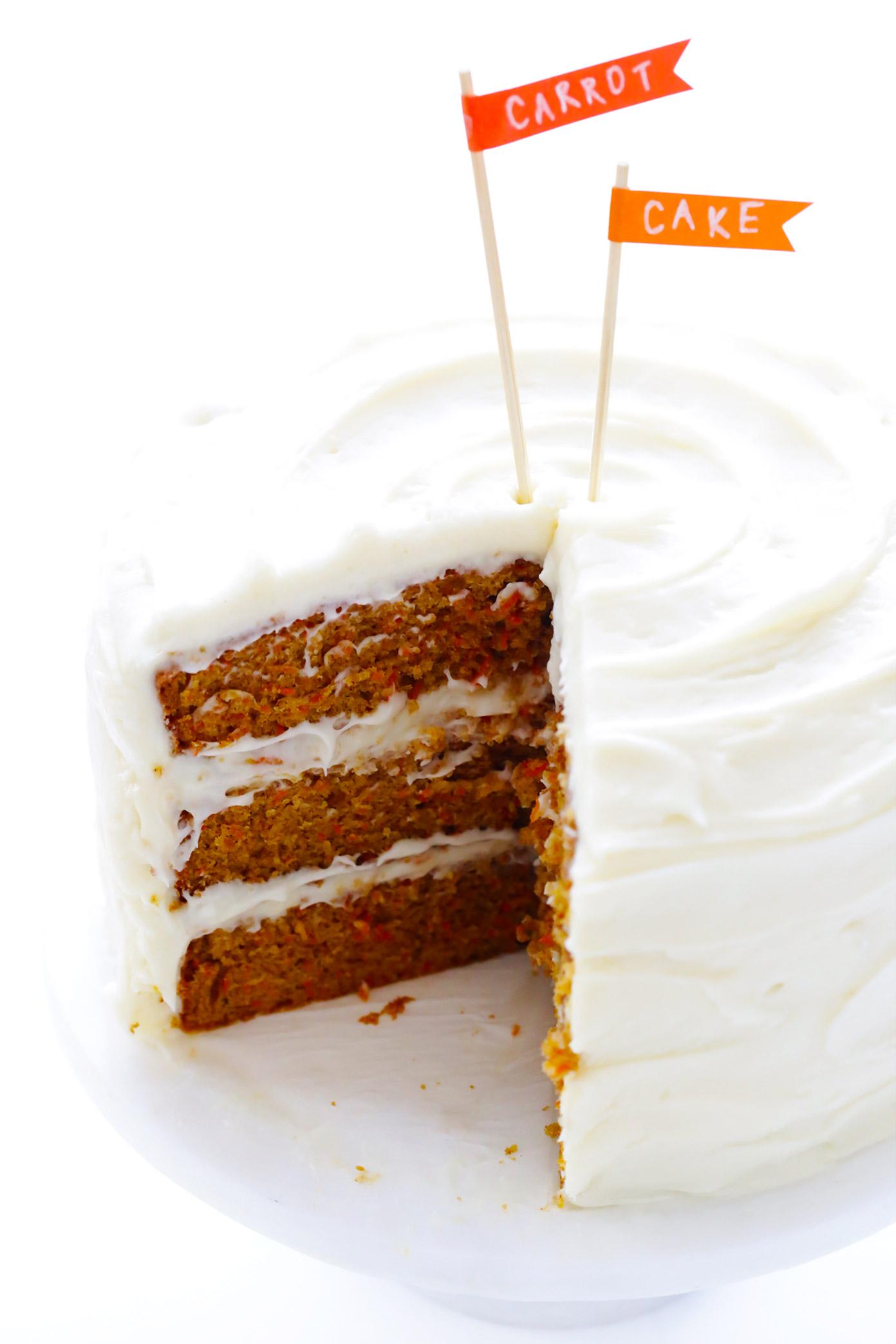 """La MEJOR receta de pastel de zanahoria """"width ="""" 1392 """"height ="""" 2087 """"data-pin-description ="""" ¡La MEJOR receta de pastel de zanahoria! Está hecho con un fácil pastel de zanahoria hecho en casa (no se requiere mezclador) y el glaseado de queso crema más celestial.   gimmesomeoven.com #carrot #cake #dessert #easter #creamcheese #frosting #spring #vegetarian """"srcset ="""" https://www.gimmesomeoven.com/wp-content/uploads/2014/03/The-Best-Carrot-Cake -Recipe-1.jpg 1392w, https://www.gimmesomeoven.com/wp-content/uploads/2014/03/The-Best-Carrot-Cake-Recipe-1-1100x1649.jpg 1100w, https: // www .gimmesomeoven.com / wp-content / uploads / 2014/03 / The-Best-Carrot-Cake-Recipe-1-768x1151.jpg 768w, https://www.gimmesomeoven.com/wp-content/uploads/2014/ 03 / The-Best-Carrot-Cake-Recipe-1-320x480.jpg 320w """"tamaños ="""" (ancho máximo: 1392px) 100vw, 1392px """"data-jpibfi-post-excerpt ="""" """"data-jpibfi-post-url = """"https://www.gimmesomeoven.com/best-carrot-cake/"""" data-jpibfi-post-title = """"¡El MEJOR Pastel de zanahoria!"""" data-jpibfi-src = """"https://www.gimmesomeoven.com /wp-content/uploads/2014/03/The-Best-Carrot-Cake-Recipe-1.jpg """"/></p> <p>Oh hola. ♡ Solo pensé que casualmente deslizaría esta receta aquí en la parte superior de tu feed a tiempo para la Pascua. Porque si estás buscando la mejor receta de pastel de zanahoria del mundo para este fin de semana, o cualquier día delicioso del año, no busques más. ¡Cientos y cientos de nuestros lectores han acordado a lo largo de los años que esta receta casera de pastel de zanahoria es un ganador indiscutible!</p> <p>Quiero decir, debo admitir de inmediato que siempre y siempre estaré en Team Carrot cuando se trata de mi tipo de pastel favorito, por lo que siempre seré extra-parcial al pastel de zanahoria en cualquier forma (incluidos los cupcakes). Pero <em>porque</em> es mi favorito, tengo estándares muy altos en lo que se refiere exactamente a lo que constituye el sector perfecto.</p> <p>En primer lugar, el pastel de zanahoria casero perfecto """