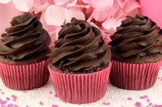 El mejor glaseado de crema de chocolate oscuro es rico, cremoso e intenso. Perfecto para los amantes del chocolate oscuro y muy bueno en productos de chocolate horneados. Nunca volverás a querer un Frosting de Chocolate regular. Este glaseado casero es tan delicioso y fácil de tomar. ¡Pincha esta gran idea de Frosting para más adelante y síguenos para obtener más recetas de Frosting! #DarkChocolateFrosting #BestFrosting #ChocolateFrosting #Buttercream #DarkChocolate #Chocolate #Frosting #TwoSistersCrafting