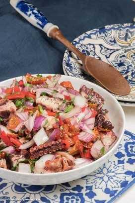 un plato de ensalada de pulpo portuguesa /