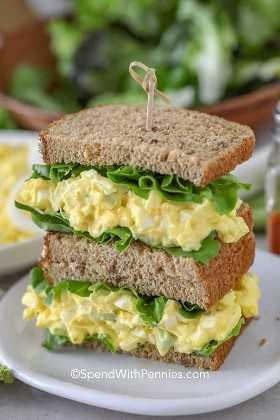 El mejor sándwich de ensalada de huevo con lechuga.