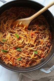 ¡Esta salsa de espagueti y carne FÁCIL se cocina en una olla! Hecho a partir de cero en la estufa y cocinado con los espaguetis al mismo tiempo. No hay ollas extra para lavar, rápido y delicioso!