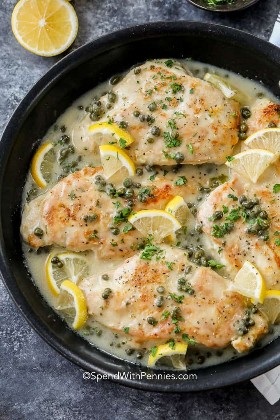Piccata de pollo con limón y alcaparras en una sartén lista para servir