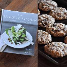 El libro de cocina de Sprouted Kitchen y un lote de galletas de almendra con almendra con chispas de chocolate y coco adaptadas del libro de cocina