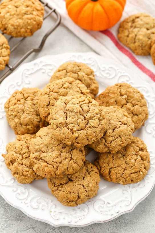 ¡Estas galletas de avena con calabaza son súper suaves, masticables, espesas y llenas de sabor a calabaza! La galleta perfecta para el otoño!