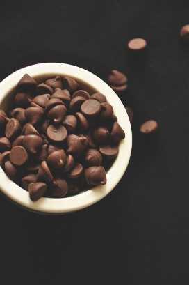 Tazón de chips de chocolate para hacer galletas caseras de menta chocolate doble
