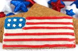 American Flag Frosted Graham Crackers: reúna a los niños, nuestro delicioso glaseado de crema de mantequilla y una caja de galletas Graham y haga este divertido y patriótico refrigerio que es perfecto para una fiesta del 4 de julio o una barbacoa del Día de los Caídos. Un postre del 4 de julio nunca fue tan fácil de hacer ni de comer. Pin este adorable tratamiento del 4 de julio para más tarde y síganos para obtener más ideas geniales sobre el 4 de julio.