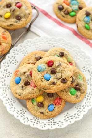 Galletas suaves y masticables rellenas con M & Ms y chips de chocolate. ¡Estas galletas con chispas de chocolate de M&M son fáciles de hacer y resultan perfectas cada vez!