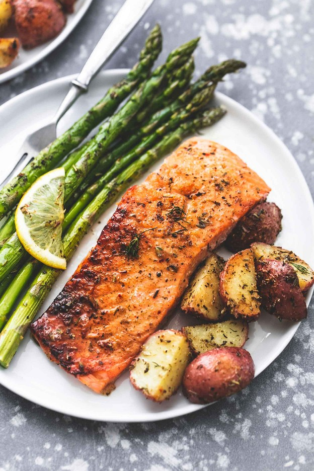 Receta de salmón y espárragos al horno con papas con una hoja fácil y saludable | lecremedelacrumb.com