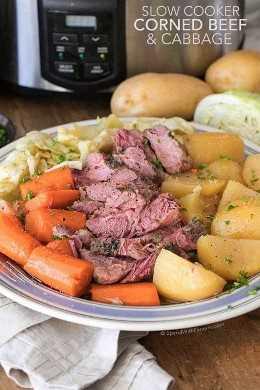 Olla de cocción lenta, carne de res y repollo en un plato